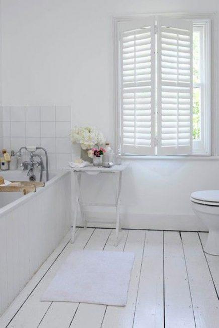 Witte houten vloer badkamer