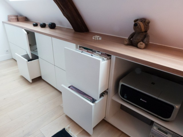 witte inbouwkast houten plank schuine wand