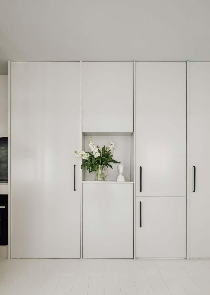 Witte inbouwkasten woonkamer
