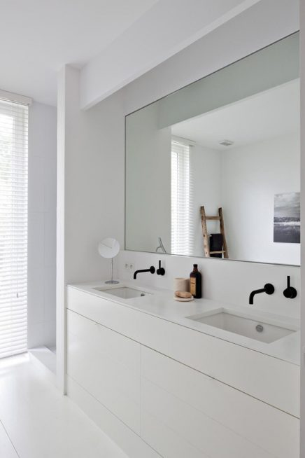 Witte rustieke badkamer inrichting - Badkamer zwarte vloer ...