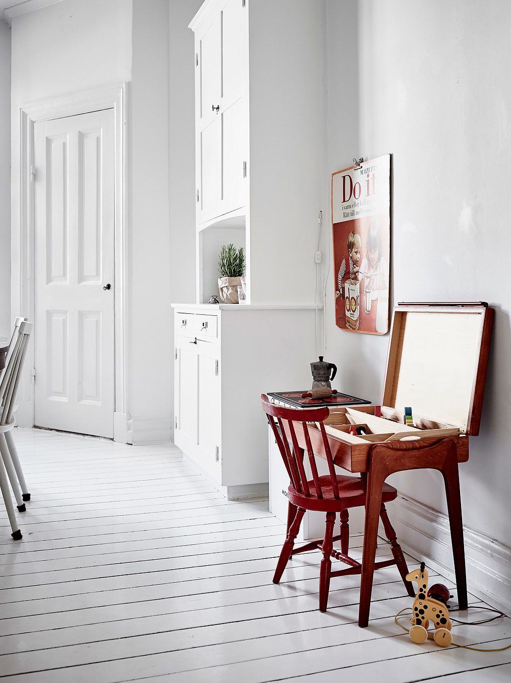 Witte keuken met een botanische sfeer