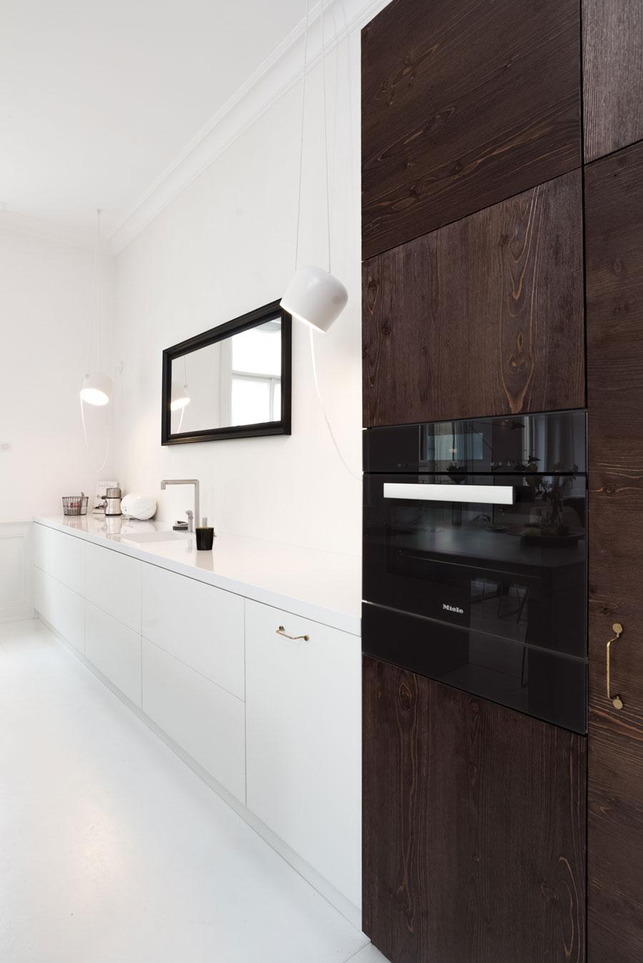witte keuken houten kastenwand