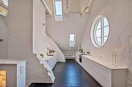 Witte keuken met plafond hoogte van zes meter