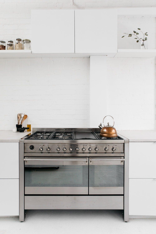 Witte droomkeuken van studio 8a inrichting - Witte keuken voorzien van gelakt ...