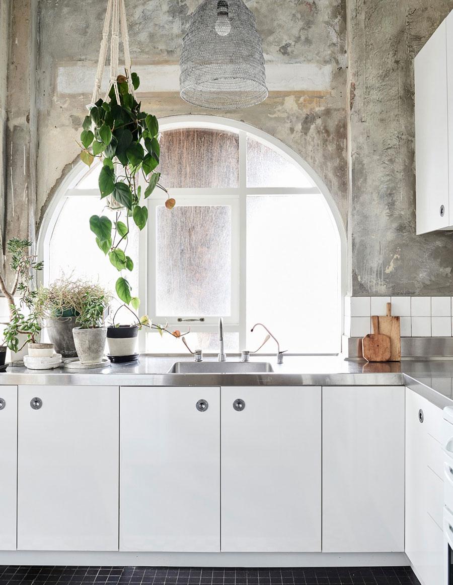 Witte keuken rvs werkblad betonnen muur