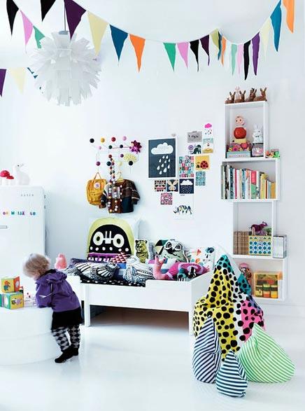 Witte kinderkamer met veel kleuren