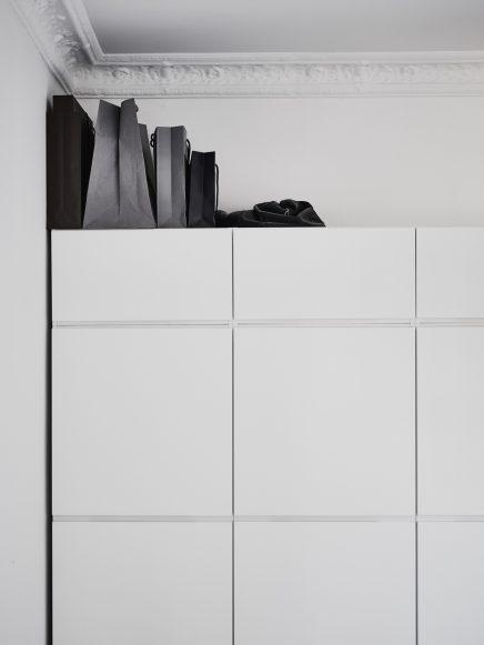 Witte kledingkast