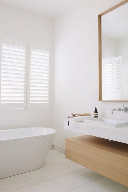 Witte shutters badkamer