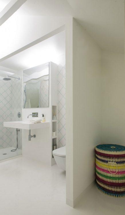 Witte slaapkamer badkamer combinatie op zolder inrichting - Slaapkamer met open badkamer ...