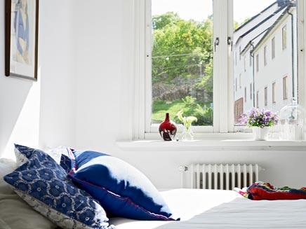 Witte slaapkamer met groen uitzicht