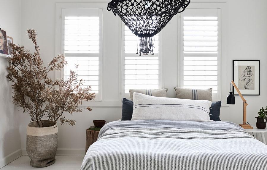 Witte slaapkamer natuurlijke kleuren
