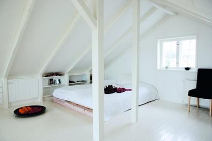 Witte slaapkamer op zolder