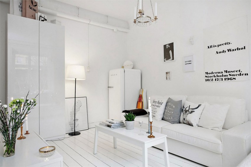witte smeg koelkast naast bank woonkamer