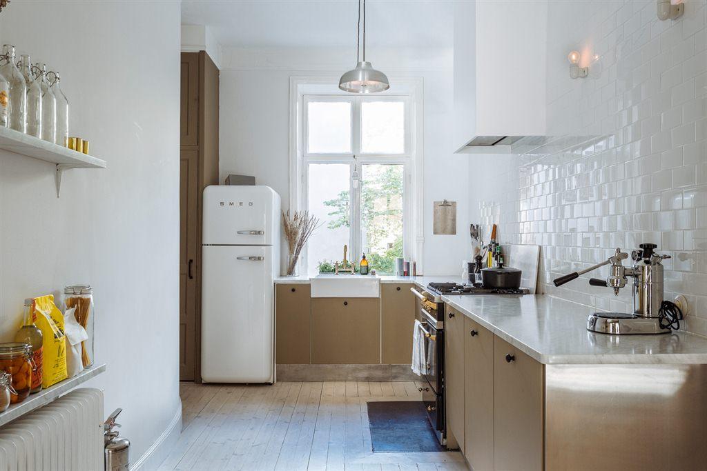 witte smeg koelkast scandinavische keuken taupe