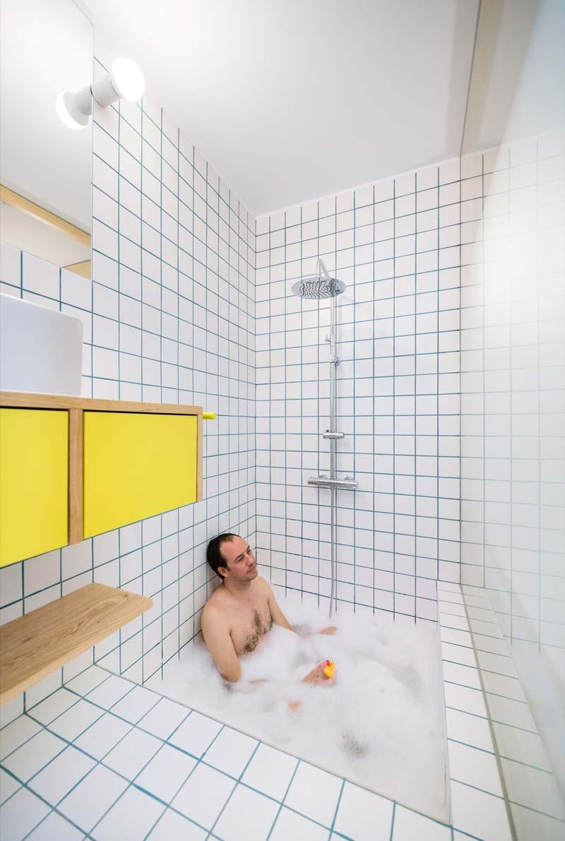 witte tegels blauwe voegen badkamer
