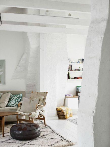 Witte woonkamer op zolder