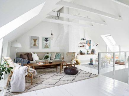 Witte woonkamer op zolder | Inrichting-huis.com