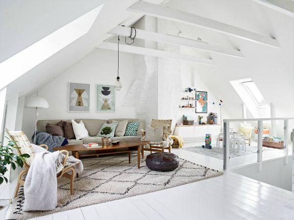 Witte woonkamer op zolder inrichting for Slaapkamer op de zolderfotos