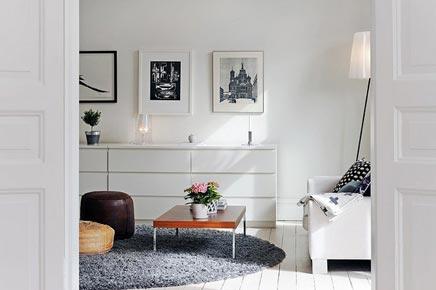 Witte woonkamer met rond vloerkleed