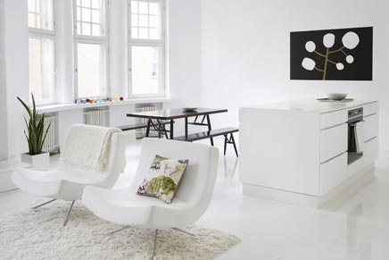 Witte woonkamer met witte open keuken