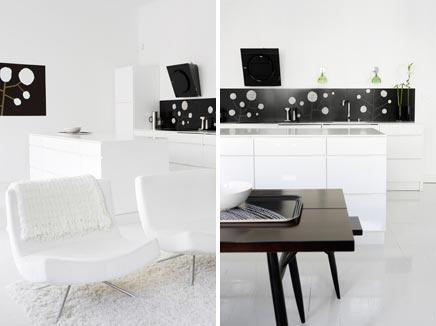 Witte woonkamer met witte open keuken inrichting - Keuken open voor woonkamer ...
