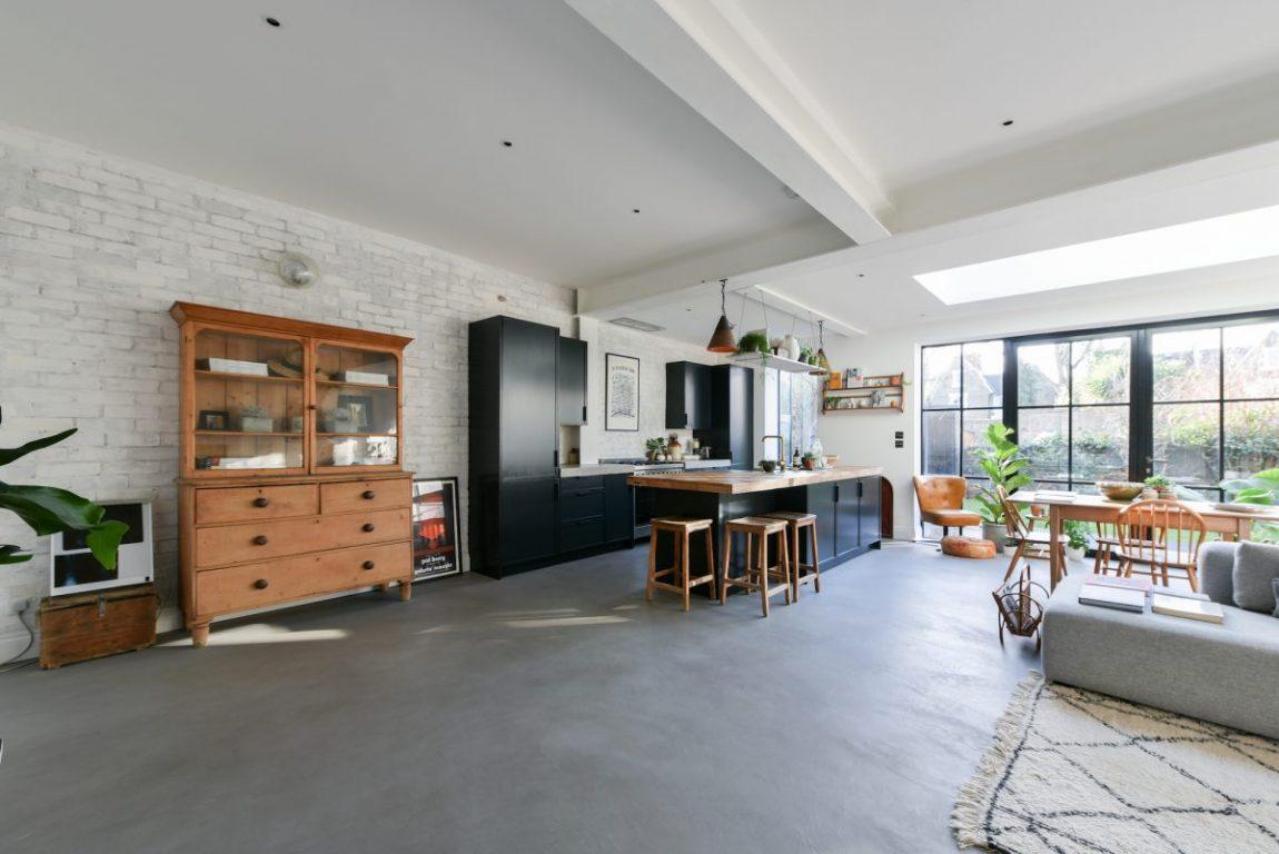 Deze woning is heel stoer verbouwd met onder andere een inspirerende uitbouw