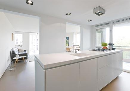 Moderne appartement met een doorlopende open ruimte inrichting - Open keuken naar woonkamer kleine ruimte ...