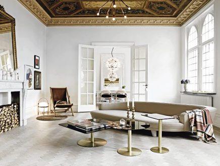 maar de woning heeft ook een ontzettend romantische sfeer ook wel kenmerkend voor een frans interieur houten lambrisering witte muren en romantische