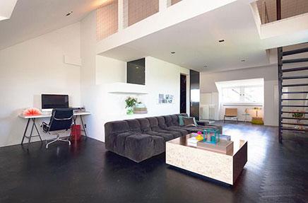 Woonkamer met donkerbruine visgraat vloer | Inrichting-huis.com