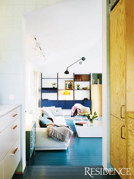 Blauwe bank woonkamer : Op de lange witte bank zijn mooie kussentjes ...