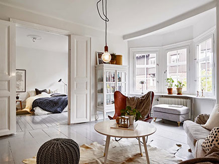 Woonkamer met mix van scandinavisch vintage en industrieel inrichting - Ikea tapijt salon ...