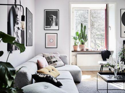 Woonkamer met een mix van Scandinavische en vintage meubels ...