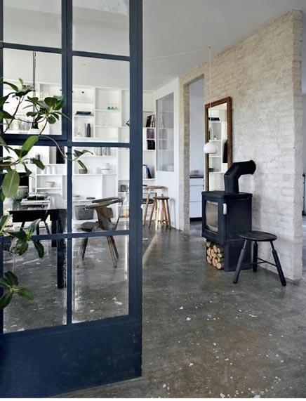 De woonkamer met de mooie boekenkast   Inrichting-huis.com