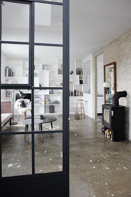 De woonkamer met de mooie boekenkast
