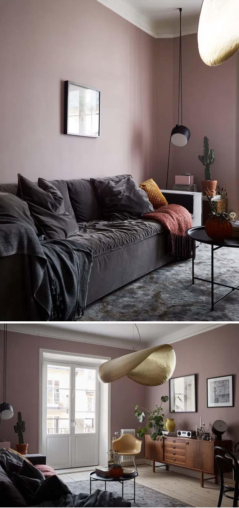 woonkamer oud roze muur donkergrijze bank zwarte salontafel