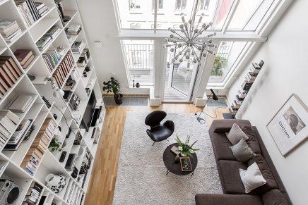 Woonkamer met een vijf meter hoog plafond  Inrichting-huis.com