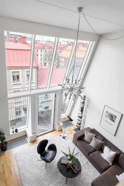 woonkamer met een vijf meter hoog plafond inrichting huis