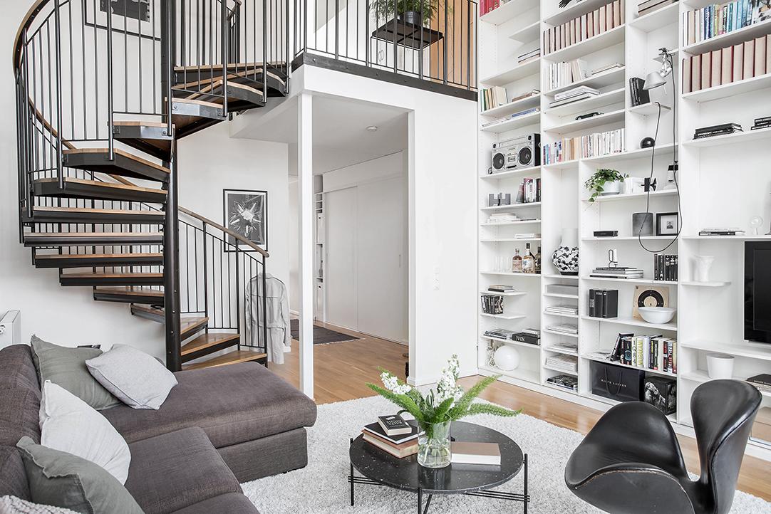 woonkamer met een vijf meter hoog plafond inrichting