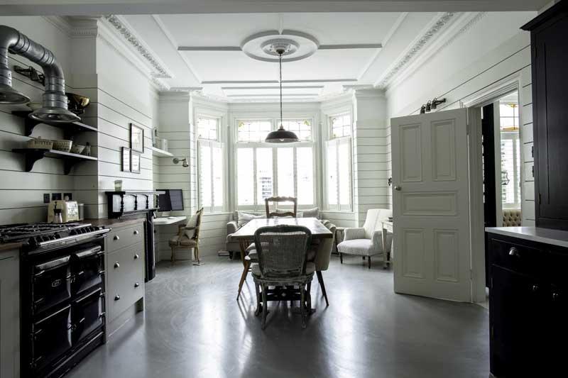 Woonkeuken met werkplek en zithoek