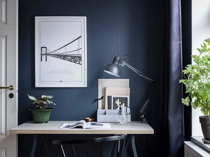 woontrend 2021 donkerblauwe muur werkplek