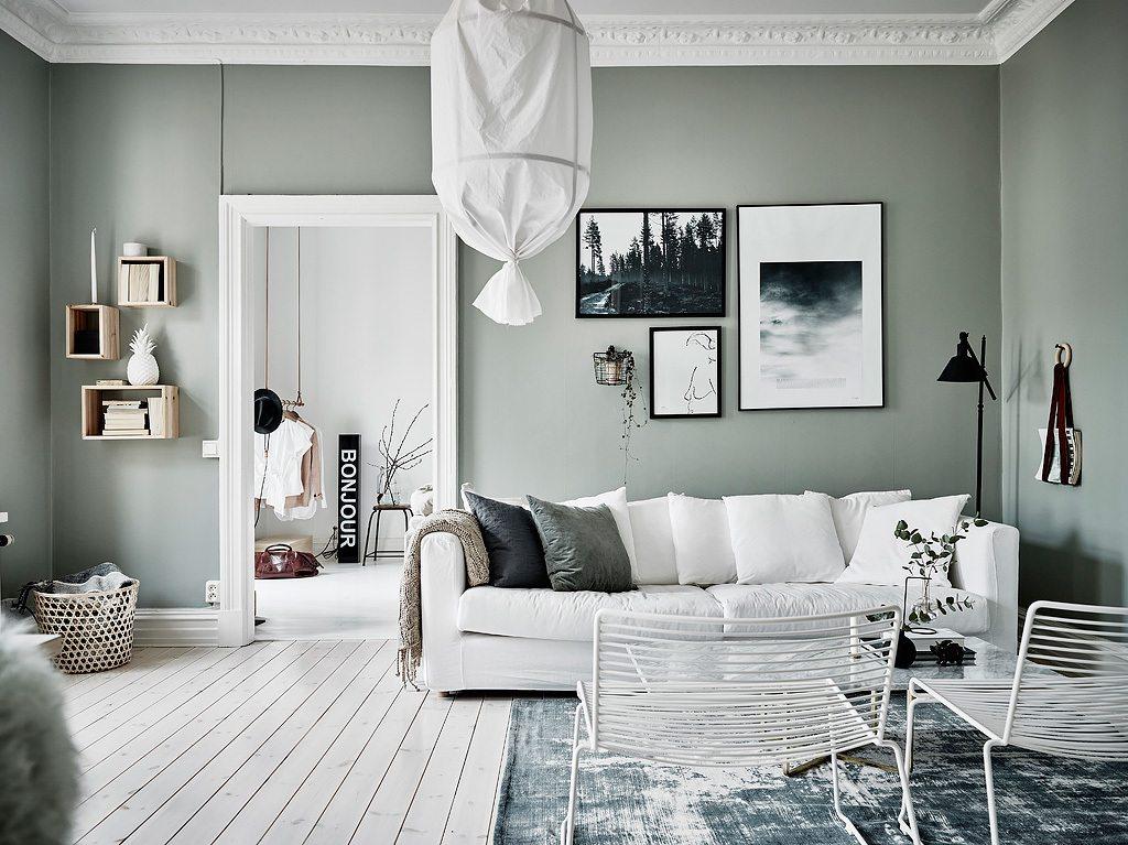 Zachte gedempte groene muren in een Scandinavisch appartement