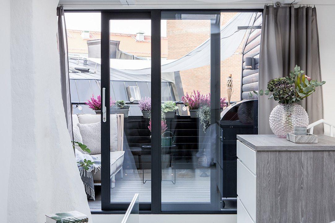Zolder slaapkamer met inloopkast en balkon terras inrichting - Trap toegang tot zolder ...
