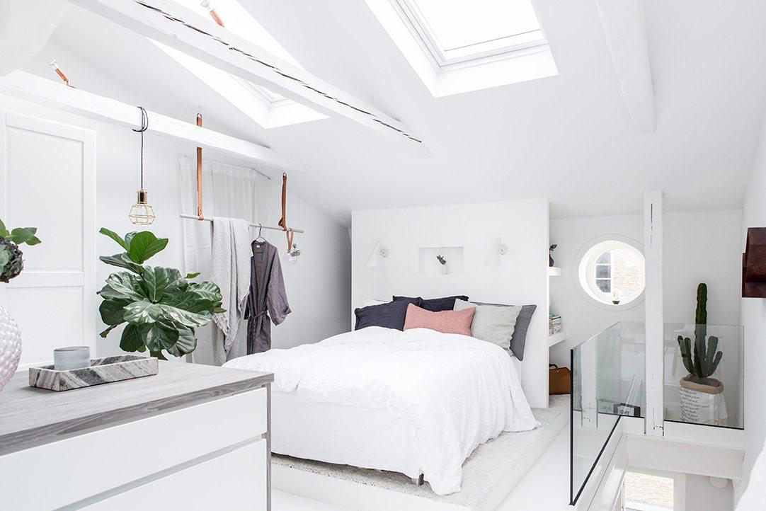 Zolder slaapkamer met inloopkast en balkon terras | Inrichting-huis.com