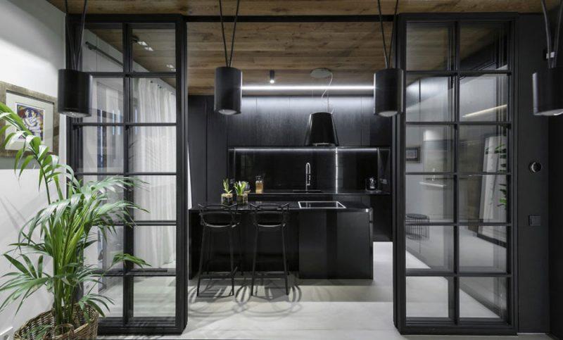 Zwart kookeiland met design afzuigkap