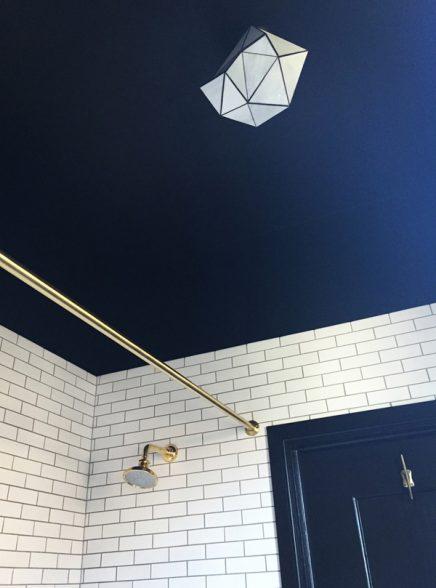 zwart plafond badkamer