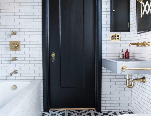Zwart wit badkamer door interieurontwerper Katie Martinez