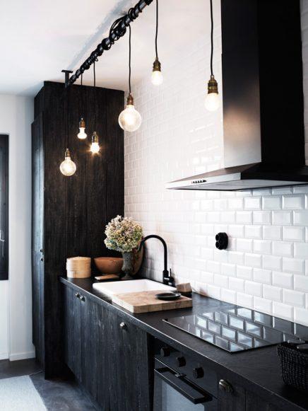 Zwart Witte Keuken Met Mooie Gloeilampen Inrichting Huis Com