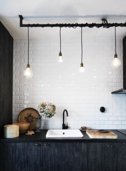 Zwart witte keuken met mooie gloeilampen