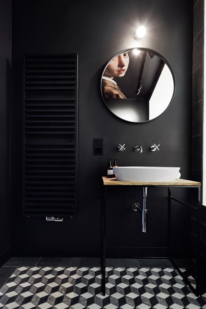 Zwarte badkamer met beroemd kunstwerk aan plafond | Inrichting-huis.com