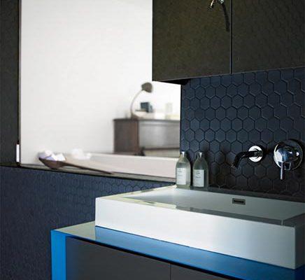 Zwarte badkamer met twee douchekoppen